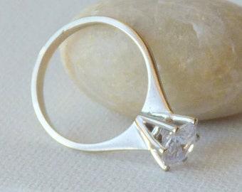 Size 7 8K White Gold Swirl Ring