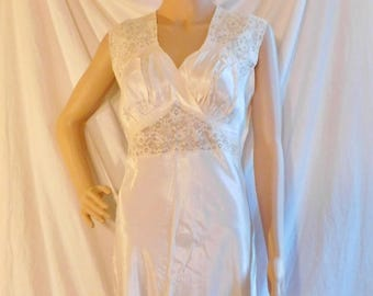 6f08606ac33 Biastex Ivory Negligee 1940s Nightgown Size 34 Vintage Negligee Bridal  Trousseau Honeymoon Intimates