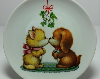Vintage Avon Decorative Collectible Miniature Porcelain Christmas Plate Puppy and Kitten Kissing Under Mistletoe