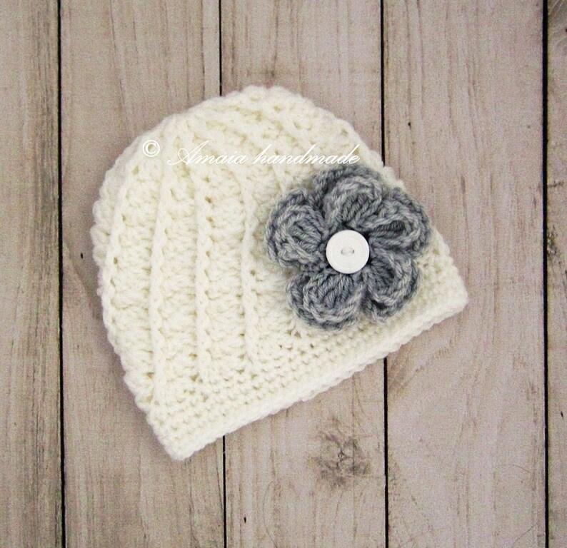 92e26adc59 Bonnet au crochet bébé grande comme un cadeau de naissance | Etsy