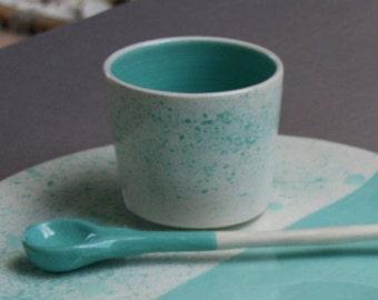 Tasse en faïence blanche émaillée decorée à la main dans mon atelier - Prêt à expédier