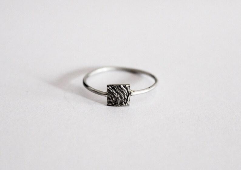 49f5284457ed Anillo minimal con detalle texturizado anillo de plata 925