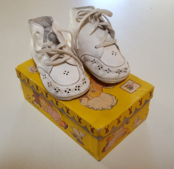 1930s White Kid Baby Shoes in Box with Adorable Gr