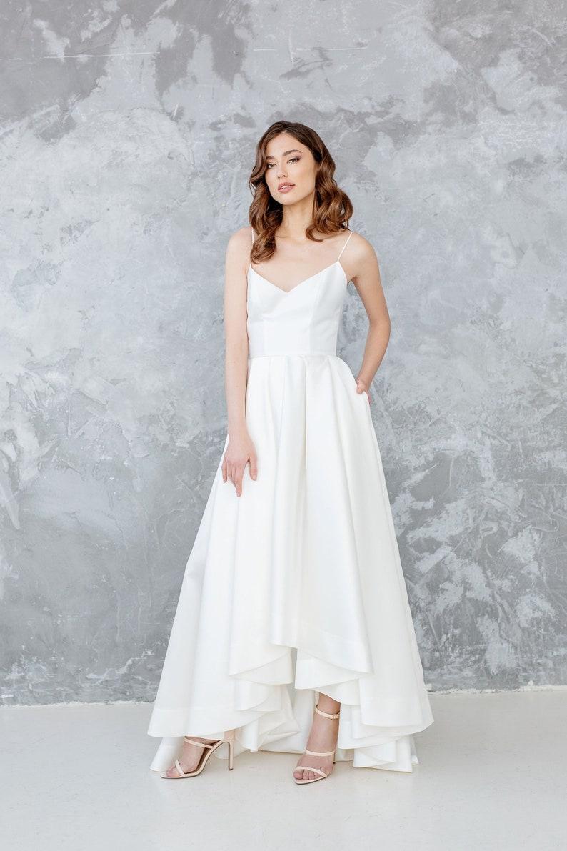 Minimale Hochzeitskleid mit hohen niedrigen Saum, Seide Mikado Brautkleid  mit Taschen und Zug - LUKA