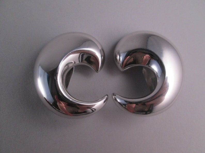 Vintage ALEXIS KIRK 1980s Designer Signed Chrome Mirror Finish Comma Crescent Runway Couture Statement Chic Clip On Earrings Minimalist