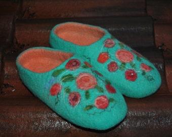 Gefilzte Hausschuhe mit Rosen / Türkis / Filz Hausschuhe clogs / auf Bestellung gefertigt