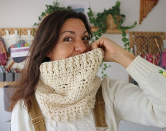 Spring Flower Cowl Crochet Pattern by Cecilia Losada, learn to crochet in the round