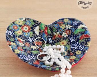 Svuotatasche o posagioielli a forma di cuore realizzato con stoffa giapponese di yukata blu con fiori e foglie