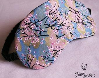 Mascherina per dormire, imbottita e realizzata con stoffa di yukata a fiori.