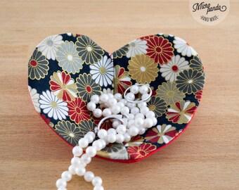 Svuotatasche o posagioielli a forma di cuore realizzato con stoffa giapponese di yukata con crisantemi