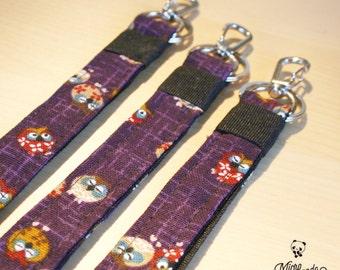 Laccio portabadge realizzato con stoffa giapponese di gufi, con gancio metallico aragosta (e anello portachiavi).