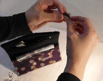 Astuccio porta tabacco, con elastico di chiusura e pratica tasca chiusa per cartine; realizzato a mano con stoffa giapponese con gufi.
