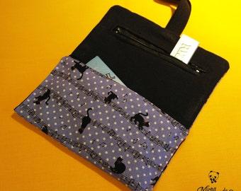 Astuccio porta tabacco, con elastico di chiusura e pratica tasca chiusa per cartine; realizzato a mano con stoffa giapponese di gatti e note
