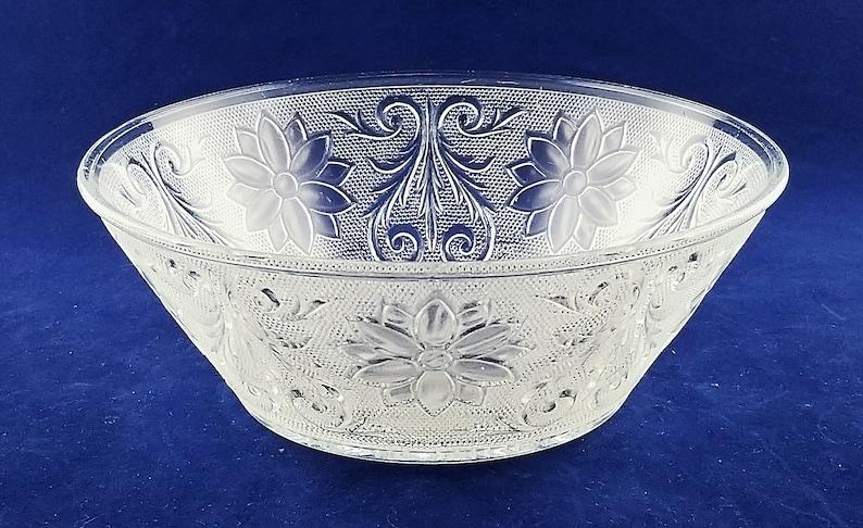 EXCELLENT CONDITION. Vintage TiaraIndiana Glass Sandwich Pattern 8.25 Clear Glass Serving Bowl