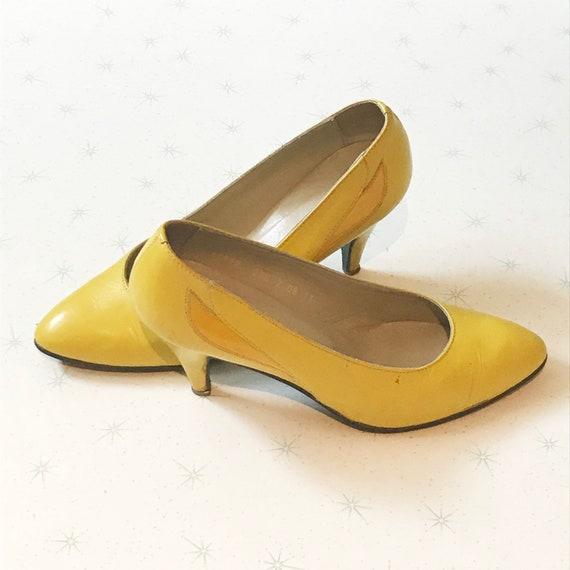 Vintage 1980s yellow pumps - image 3