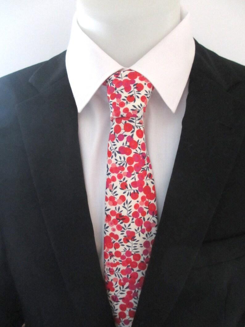 4ebb2d059da7c Des hommes cravate en rouge imprimé Liberty Baies Wiltshire   Etsy