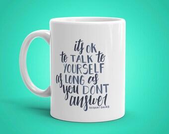Parler à soi-même à la main en lettres Mug