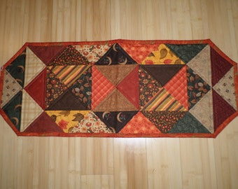 Half Square Triangle \u2013 QUILTED TABLE RUNNER \u2013 Brown Red /& Green