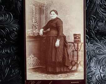 Victorian cabinet card photo plus size woman in mourning with a photo album Milwaukee Wisconsin W. Wollenska photographer