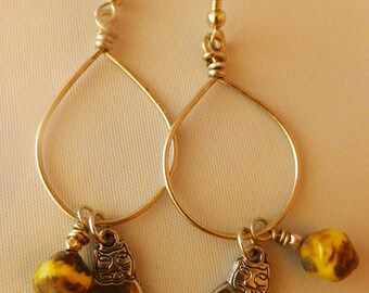The cat, silver earrings with yellow howlite and cat charm