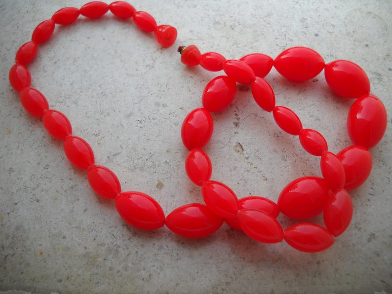 Single specimen 80/'s Vintage Lucite Necklace Length 68,5 cm 27in Red Necklace Oval beads decreasing from the center until the end