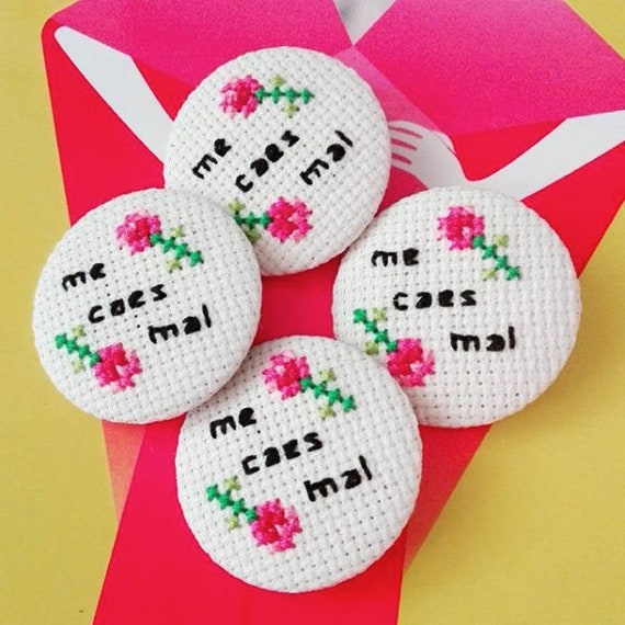 Me caes mal - I don't like you - Cross stitch 31 mm pinback button - Funny flowery Spanish embroidered brooch