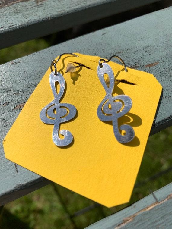 Mucic note earrings