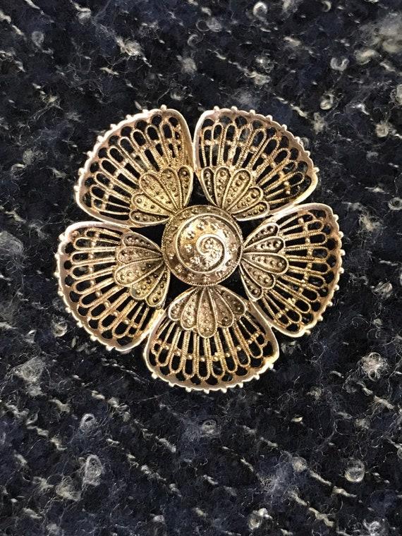 Pretty vintage silver flower brooch
