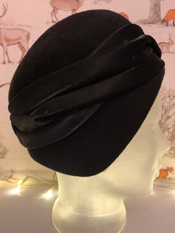 Stunning 1920's ribboned felt hat in a greeny black