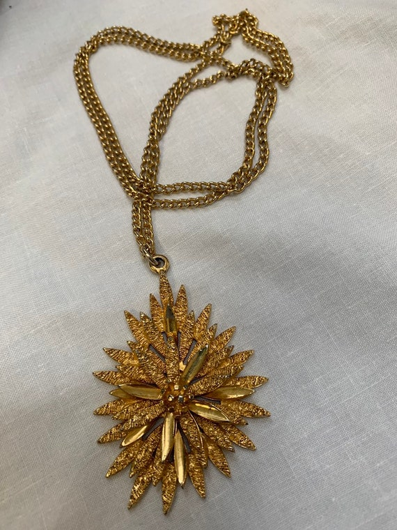 Vintage necklace with flower pendant with plain and textured petals