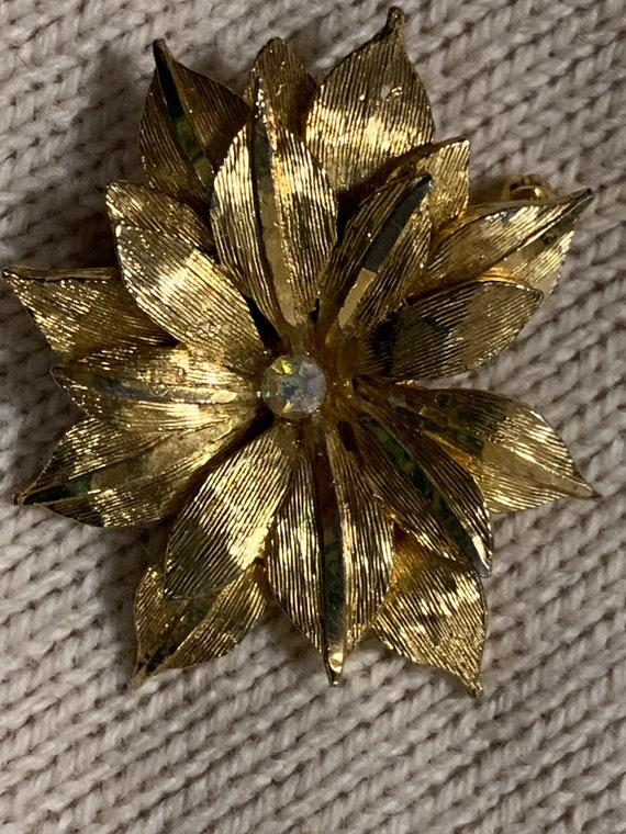 Flower Brooch in Gold Metal With Gemstone