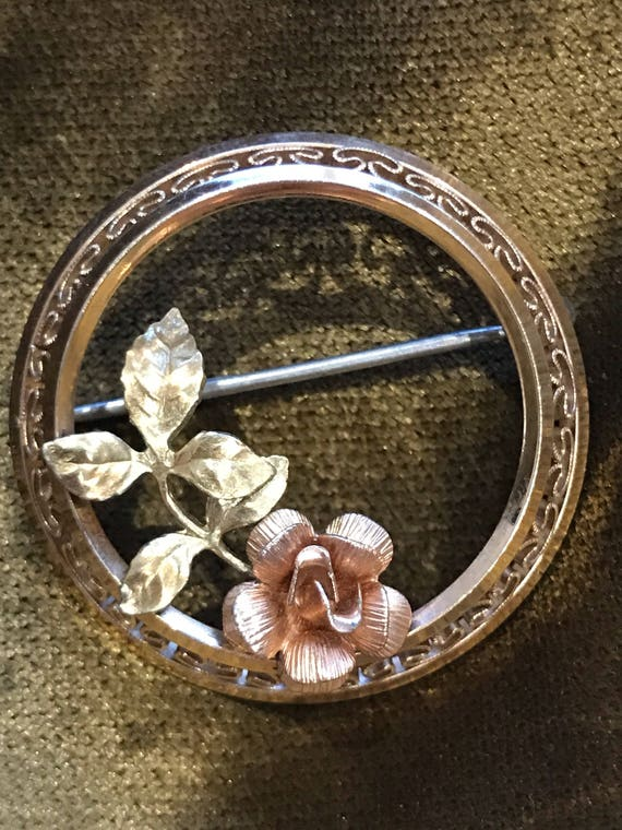 Circular brooch with rose