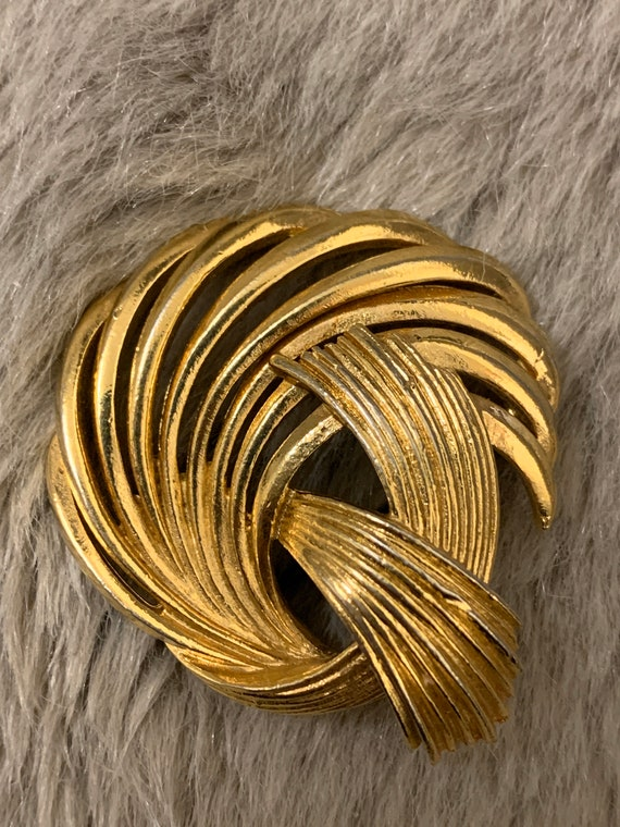 Vintage gold colour brooch in a swirl pattern