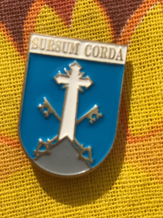 Sursum Corda pin badge. 'Hearts lifted'