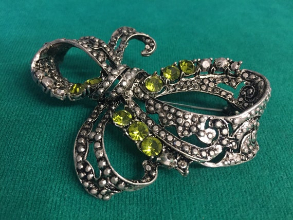 Bow shaped brooch with gem stones