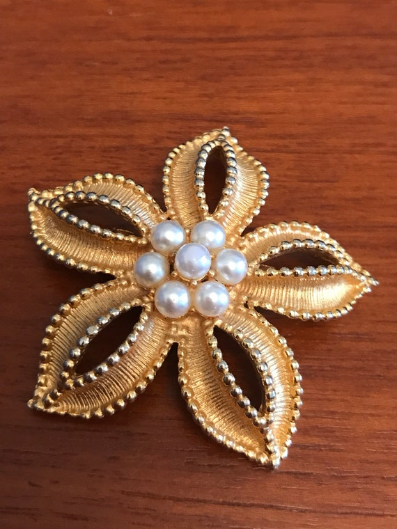 1960's Gold metal and pearl flower brooch