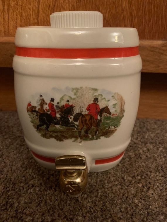Vintage Bassware Whisky decanter with a hunting scene. With original lid and tap.