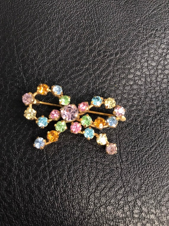 Vintage bow brooch with multicoloured stones