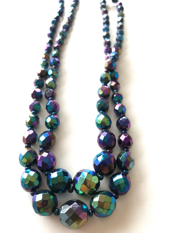 Isotonic glass beaded necklace