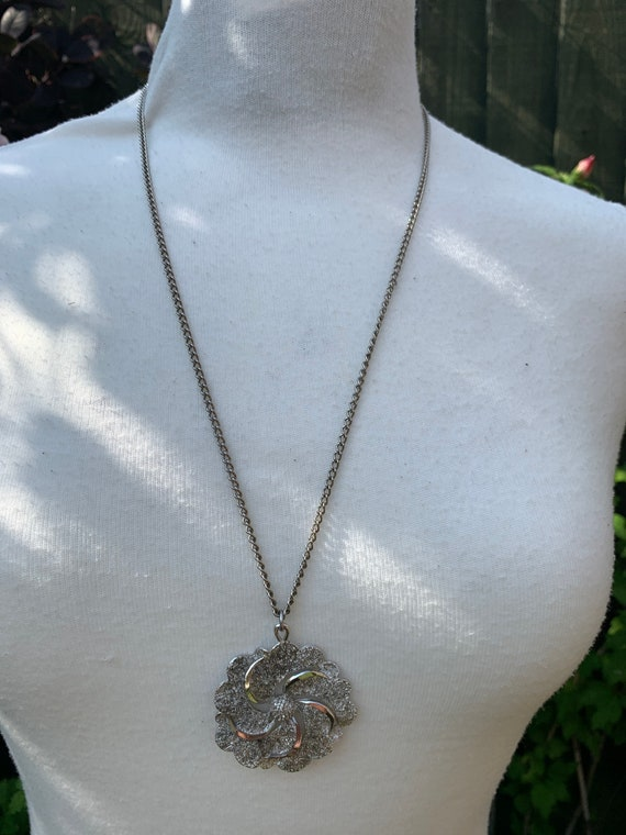 Rare 1960's funky hippie flower necklace in silver metal