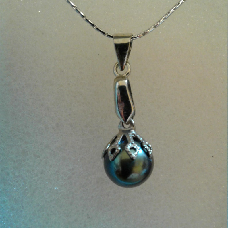 All Hand fashioned for an elegant look. 9mm Round Black Tahitian Pearl 18 Diamond Cut Platium Chain with Magnetic Clasp