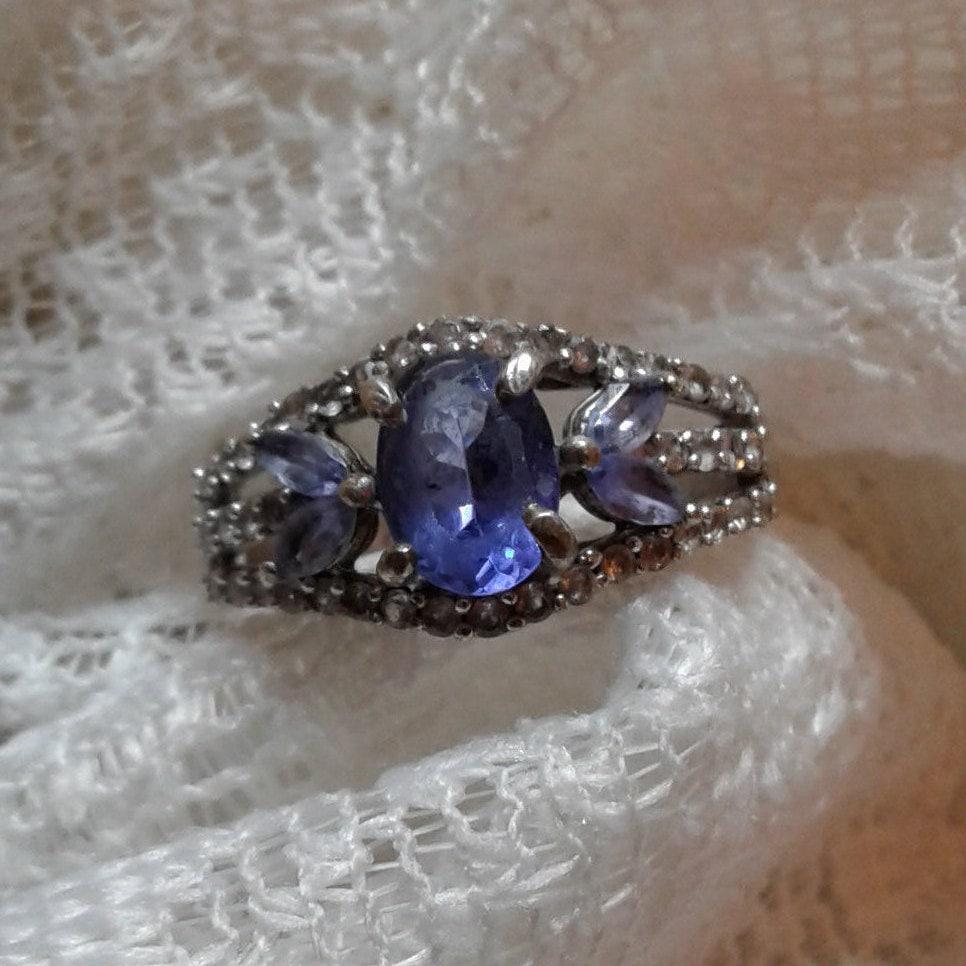 Beautiful Tanzanite: Beautiful Tanzanite Ring An 8x6mm Oval With 4-4x2mm