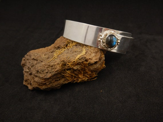 Silver bracelet 925 entirely handmade, adorned with a blue labradorite