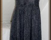 Strickkleid, Poncho, Strickrock, mit Schlauchschal, 100% Mohair, Unikat  Unikat - nur einmal verfügbar!  Kleid ist handgefertigt - gestrickt, gehäkelt, gewaschen, gebügelt  Farbe - Grau, Rot  Material - 100% Mohair ( (Ziege Mohair - Glanz und Elastizität, weniger filzt und gegen Verschleiß wiederstandfähig ist,sehr hautsympathisch und weich)  Größe - 34-38 (Schneiderpuppe Gr. 36) siehe Skizze  Pflege - Handwäsche bei 30° oder in der Waschmaschine mit Wollprogramm - Schleudern - max. 500 Umdrehungen (am besten mit Haarschampoo&Conditioner für trockene Haare)  Die Teile sind nicht zusammengenäht, sondern zusammengehäckelt, damit sehr flexibel und dehnbar.  Versand: WELTWEIT KOSTENLOSER VERSAND Lieferzeit 3-5 Tage Angabe gilt nur für Lieferungen nach Deutschland. Für Lieferungen in andere Länder kann die Dauer abweichen.  Geschätzte Versandzeiten: Deutschland: 3-5 Werktage  Saudi-Arabien: 2-4 Wochen  USA: 1-4 Wochen  Europa: 1-2 Wochen   Aufgrund der Lichtverhältnisse bei der Produktfotografie und unterschiedlichen Bildschirmeinstellungen kann es dazu kommen, dass die Farbe des Produktes nicht authentisch wiedergegeben wird.  Alle Preise inkl. MwSt. (Kleinunternehmer:  kein Ausweis der MwSt. in der Rechnung)