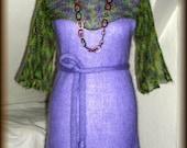 Strickkleid mit Bolero, Gürtel - gestrickt, 100% Mohair, Unikat  Unikat - nur einmal verfügbar!  Kleid ist handgefertigt - gestrickt, gehäkelt, gewaschen, gebügelt  Kette - Perlmutt mit Meeressediment, Länge - 91 cm  Farbe - Lila, Grün meliert  Material - 100% Mohair ( (Ziege Mohair - Glanz und Elastizität, weniger filzt und gegen Verschleiß wiederstandfähig ist,sehr hautsympathisch und weich)  Größe - 34-36 (Schneiderpuppe Gr. 36) siehe Skizze  Pflege - Handwäsche bei 30° oder in der Waschmaschine mit Wollprogramm - Schleudern - max. 500 Umdrehungen (am besten mit Haarschampoo&Conditioner für trockene Haare)  Die Teile sind nicht zusammengenäht, sondern zusammengehäckelt, damit sehr flexibel und dehnbar.  Versand: WELTWEIT KOSTENLOSER VERSAND Lieferzeit 3-5 Tage Angabe gilt nur für Lieferungen nach Deutschland. Für Lieferungen in andere Länder kann die Dauer abweichen.  Geschätzte Versandzeiten: Deutschland: 3-5 Werktage  Saudi-Arabien: 2-4 Wochen  USA: 1-4 Wochen  Europa: 1-2 Wochen   Aufgrund der Lichtverhältnisse bei der Produktfotografie und unterschiedlichen Bildschirmeinstellungen kann es dazu kommen, dass die Farbe des Produktes nicht authentisch wiedergegeben wird.  Alle Preise inkl. MwSt. (Kleinunternehmer:  kein Ausweis der MwSt. in der Rechnung)