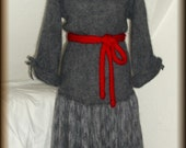 Strickkleid, Wollkleid, mit Gürtel und Collier, gestrickt,100% Mohair, Unikat  Unikat - nur einmal verfügbar!  Kleid ist handgefertigt - gestrickt, gehäkelt, gewaschen, gebügelt  Collier - Koralle, Länge 52 cm  Farbe - Grau, Rot  Material - 100% Mohair ( (Ziege Mohair - Glanz und Elastizität, weniger filzt und gegen Verschleiß wiederstandfähig ist,sehr hautsympathisch und weich)  Größe - 34-38 (Schneiderpuppe Gr. 36) siehe Skizze  Pflege - Handwäsche bei 30° oder in der Waschmaschine mit Wollprogramm - Schleudern - max. 500 Umdrehungen (am besten mit Haarschampoo&Conditioner für trockene Haare)  Die Teile sind nicht zusammengenäht, sondern zusammengehäckelt, damit sehr flexibel und dehnbar.  Versand: WELTWEIT KOSTENLOSER VERSAND Lieferzeit 3-5 Tage Angabe gilt nur für Lieferungen nach Deutschland. Für Lieferungen in andere Länder kann die Dauer abweichen.  Geschätzte Versandzeiten: Deutschland: 3-5 Werktage  Saudi-Arabien: 2-4 Wochen  USA: 1-4 Wochen  Europa: 1-2 Wochen   Aufgrund der Lichtverhältnisse bei der Produktfotografie und unterschiedlichen Bildschirmeinstellungen kann es dazu kommen, dass die Farbe des Produktes nicht authentisch wiedergegeben wird.  Alle Preise inkl. MwSt. (Kleinunternehmer:  kein Ausweis der MwSt. in der Rechnung)
