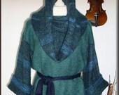 Pullover, Wollbluse - mit Schlauchschal/Kapuze/Rock, Gurtel, 100% Mohair, Unikat  (ohne Schmuck !)  Unikat - nur einmal verfügbar!  Bekleidung ist handgefertigt - gestrickt, gehäkelt, gewaschen, gebügelt  Farbe: Tannengrün - mix - Grün, Hellblau,Parisblau  Größe: 34-36, siehe Skizze (Schneiderpuppe Gr. 36)  Material: 100% Mohair (Ziege Mohair - Glanz und Elastizität, weniger filzt und gegen Verschleiß wiederstandfähig ist)  Pflege: Handwäsche bei 30° oder in der Waschmaschine mit Wollprogramm - Schleudern - max. 500 Umdrehungen (am besten mit Haarschampoo&Conditioner für trockene Haare)  Die Teile sind nicht zusammengenäht, sondern zusammengehäckelt, damit sehr flexibel und dehnbar.  Versand: WELTWEIT KOSTENLOSER VERSAND Lieferzeit 3-5 Tage Angabe gilt nur für Lieferungen nach Deutschland. Für Lieferungen in andere Länder kann die Dauer abweichen.  Geschätzte Versandzeiten: Deutschland: 3-5 Werktage  Saudi-Arabien: 2-4 Wochen  USA: 1-4 Wochen  Europa: 1-2 Wochen   Aufgrund der Lichtverhältnisse bei der Produktfotografie und unterschiedlichen Bildschirmeinstellungen kann es dazu kommen, dass die Farbe des Produktes nicht authentisch wiedergegeben wird.  Alle Preise inkl. MwSt. (Kleinunternehmer:  kein Ausweis der MwSt. in der Rechnung)
