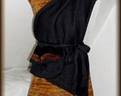Strickkleid mit Schal, Tasche, Gürtel und Schlauchschal, Wolle,Unikat  Unikat - nur einmal verfügbar!  Kleid ist handgefertigt - gestrickt, gehäkelt, gewaschen, gebügelt  Farbe - mix - Gelb, Schwarz  Material - 100% Wolle, Tasche - echte Feder  Größe - 34-36 (Schneiderpuppe Gr. 36) siehe Skizze  Pflege - Handwäsche bei 30° oder in der Waschmaschine mit Wollprogramm - Schleudern - max. 500 Umdrehungen (am besten mit Haarschampoo&Conditioner für trockene Haare)  Die Teile sind nicht zusammengenäht, sondern zusammengehäckelt, damit sehr flexibel und dehnbar.  Versand: WELTWEIT KOSTENLOSER VERSAND Lieferzeit 3-5 Tage Angabe gilt nur für Lieferungen nach Deutschland. Für Lieferungen in andere Länder kann die Dauer abweichen.  Geschätzte Versandzeiten: Deutschland: 3-5 Werktage  Saudi-Arabien: 2-4 Wochen  USA: 1-4 Wochen  Europa: 1-2 Wochen   Aufgrund der Lichtverhältnisse bei der Produktfotografie und unterschiedlichen Bildschirmeinstellungen kann es dazu kommen, dass die Farbe des Produktes nicht authentisch wiedergegeben wird.  Alle Preise inkl. MwSt. (Kleinunternehmer:  kein Ausweis der MwSt. in der Rechnung)