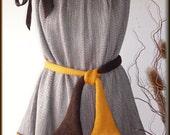 Wollbluse, Pullover gestrickt,gehäkelt,Seide/ Wolle (Merino), Unikat  Unikat - nur einmal verfügbar!  Bekleidung ist handgefertigt - gestrickt, gehäkelt, gewaschen, gebügelt  Farbe - Braun, Gelb, Grau  Material - Mix - Seide, Wolle (Merino)  Größe - 34-36 (Schneiderpuppe Gr. 36) siehe Skizze  Pflege - Handwäsche bei 30° oder in der Waschmaschine mit Wollprogramm - Schleudern - max. 500 Umdrehungen (am besten mit Haarschampoo&Conditioner für trockene Haare)  Die Teile sind nicht zusammengenäht, sondern zusammengehäckelt, damit sehr flexibel und dehnbar.  Versand: WELTWEIT KOSTENLOSER VERSAND Lieferzeit 3-5 Tage Angabe gilt nur für Lieferungen nach Deutschland. Für Lieferungen in andere Länder kann die Dauer abweichen.  Geschätzte Versandzeiten: Deutschland: 3-5 Werktage  Saudi-Arabien: 2-4 Wochen  USA: 1-4 Wochen  Europa: 1-2 Wochen   Aufgrund der Lichtverhältnisse bei der Produktfotografie und unterschiedlichen Bildschirmeinstellungen kann es dazu kommen, dass die Farbe des Produktes nicht authentisch wiedergegeben wird.  Alle Preise inkl. MwSt. (Kleinunternehmer:  kein Ausweis der MwSt. in der Rechnung)