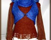 Strickbluse mit Bolero - Kapuze und Schlauchschal, Mohair, Wolle  (Buckle), Unikat- gestrickt, gefilzt, gehäkelt  Unikat - nur einmal verfügbar!  Bekleidung ist handgefertigt - gestrickt, gehäkelt, gefilzt, gewaschen, gebügelt  Farbe - Blau , Rehbraun  Material : Bolero - 100% Mohair ( (Ziege Mohair - Glanz und Elastizität, weniger filzt und gegen Verschleiß wiederstandfähig ist,sehr hautsympathisch und weich) Strickbluse - 100 % Wolle ( Buckle)  Größe - 34-36 (Schneiderpuppe Gr. 36) siehe Skizze  Pflege - Handwäsche bei 30° oder in der Waschmaschine mit Wollprogramm - Schleudern - max. 500 Umdrehungen (am besten mit Haarschampoo&Conditioner für trockene Haare)  Die Teile sind nicht zusammengenäht, sondern zusammengehäckelt, damit sehr flexibel und dehnbar.  Versand: WELTWEIT KOSTENLOSER VERSAND Lieferzeit 3-5 Tage Angabe gilt nur für Lieferungen nach Deutschland. Für Lieferungen in andere Länder kann die Dauer abweichen.  Geschätzte Versandzeiten: Deutschland: 3-5 Werktage  Saudi-Arabien: 2-4 Wochen  USA: 1-4 Wochen  Europa: 1-2 Wochen   Aufgrund der Lichtverhältnisse bei der Produktfotografie und unterschiedlichen Bildschirmeinstellungen kann es dazu kommen, dass die Farbe des Produktes nicht authentisch wiedergegeben wird.  Alle Preise inkl. MwSt. (Kleinunternehmer:  kein Ausweis der MwSt. in der Rechnung)